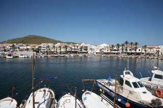 De haven van Fornells